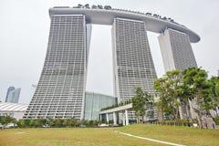 Marina Bay Sands Singapore - mars 28, 2013: Sikt från trädgårdar vid fjärden av Marina Bay Sands i den dimmiga dagen royaltyfri foto
