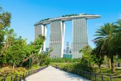 Marina Bay Sands soutiennent la vue des jardins par la baie Image libre de droits
