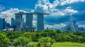 Marina Bay Sands und Gärten durch die Bucht lizenzfreie stockfotos