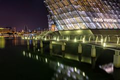Marina Bay Singapore - April 1 2018 - sikt av Louis Vuitton Dur Arkivbild
