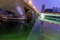 Marina Bay Singapore - April 1 2018 - sikt av promenadbro f Royaltyfria Bilder