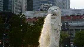 Marina Bay /Singapore- le 24 décembre 2018 : Fin de mouvement lent de l'eau et de brume de la statue de Merlion dedans banque de vidéos