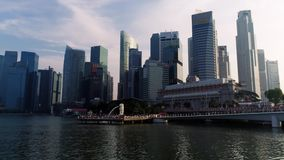 Marina Bay, Singapur mayo de 2018: Vista del distrito financiero y del parque de Merlion Nubes de mudanza con la ciudad de Singap metrajes