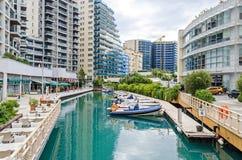 Marina Bay Square en el pueblo del océano con los restaurantes y los apartamentos residenciales en Gibraltar fotografía de archivo
