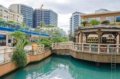 Marina Bay Square im Ozean-Dorf mit den Restaurant las Guanas und den Wohnwohnungen in Gibraltar stockfotos