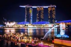 Marina Bay und der Merlions-Park von Singapur nachts stockbilder