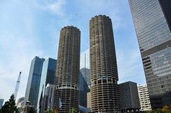 Marina City är ettbruk bostads--reklamfilm byggnadskomplex i Chicago arkivfoto
