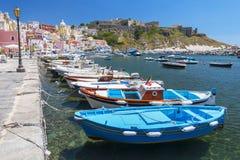Marina Corricella com barcos e as casas coloridos, Terra Murata, ilha de Procida, baía de Nápoles, Itália imagens de stock