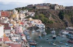 Marina Corricella, Italia, pueblo pesquero en la isla de Procida con las casas coloreadas en colores pastel que caen abajo del ac foto de archivo libre de regalías