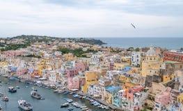 Marina Corricella, Włochy, wioska rybacka na wyspie Procida z pastele coloured domami bębnuje w dół falezę se zdjęcia royalty free