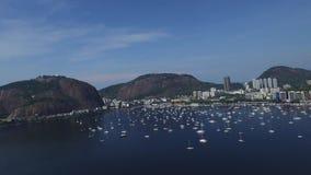 Marina da Gloria aérea en Rio de Janeiro en la tarde, el barco y la playa en el Brasil metrajes