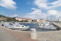Marina dans une ville Preko, île d'Ugljan, Croatie photos libres de droits