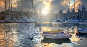 Marina dans Vittoriosa, baie grande de La Valette, Malte sur un lever de soleil image libre de droits