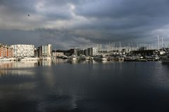 Marina de bord de mer d'Ipswich avec des nuages de tempête Photographie stock libre de droits
