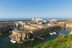 Marina de Brighton le Sussex est avec les résidences et les bateaux de luxe photographie stock