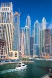 Marina de Dubaï avec des bateaux contre des gratte-ciel à Dubaï, Emirats Arabes Unis Image libre de droits