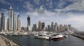 Marina de Dubaï avec des yachts et des bateaux Photo stock