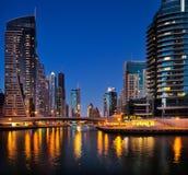 Marina de Dubaï, Dubaï, EAU au crépuscule Photo stock