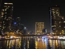 Marina de Dubaï par le pilier 7 de nuit et Marina Mall Images libres de droits