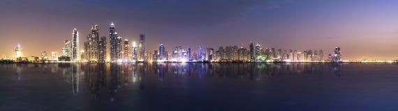 Marina de Dubaï pendant le crépuscule Photographie stock libre de droits