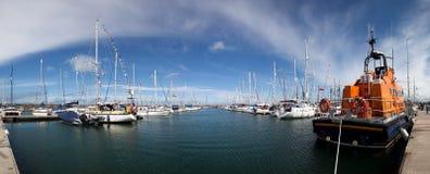 Marina de Holyhead et son bateau de sauvetage de RNLi Image stock