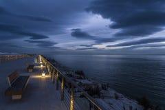 Marina de Manfredonia pendant l'heure bleue photographie stock