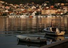 Marina de yachts et petits bateaux de pêche images stock