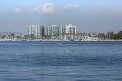 Marina del Rey, canale principale di California con i barcaioli profondi in Immagini Stock