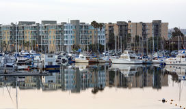 Marina Del Rey Marina Boats et appartements à l'aube. Photo stock