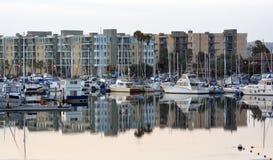 Marina Del Rey Marina Boats y apartamentos en el amanecer. Foto de archivo