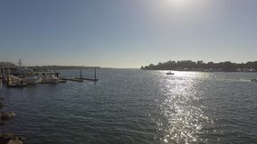 Marina del Rey Yacht Basin con los barcos atracados almacen de metraje de vídeo