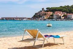 MARINA DI CAMPO, ISOLA ELBA, ITALIA - 16 DE SEPTIEMBRE DE 2018: Playa del mar esmeralda del extremo de Marina di Campo de la ciud foto de archivo libre de regalías