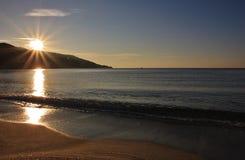 Marina di Campo strand på gryning, Elba ö Arkivfoto