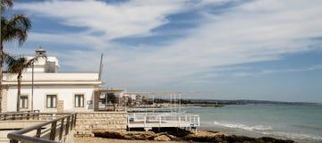 Marina di Ragusa, vista de la orilla del mar Fotos de archivo libres de regalías