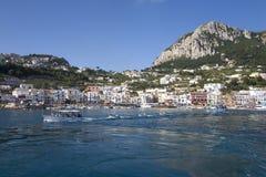 Marina Grande Harbor i staden av Capri, en italiensk ö av den Sorrentine halvön på den södra sidan av golfen av Naples, in Royaltyfri Bild