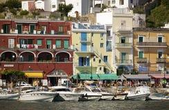 Marina Grande Harbor i staden av Capri, en italiensk ö av den Sorrentine halvön på den södra sidan av golfen av Naples, in Royaltyfri Fotografi