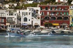 Marina Grande Harbor i staden av Capri, en italiensk ö av den Sorrentine halvön på den södra sidan av golfen av Naples, in Royaltyfri Foto