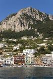 Marina Grande Harbor i staden av Capri, en italiensk ö av den Sorrentine halvön på den södra sidan av golfen av Naples, in Arkivfoto