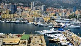 Marina Harbor con los yates costosos en Monte Carl almacen de metraje de vídeo