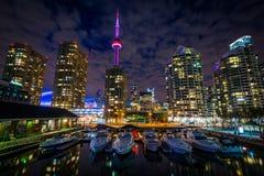 Marina i budynki przy Harbourfront przy nocą, w Toronto, O Zdjęcia Stock