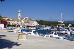 Marina i den Baska staden på den Krk ön på April 30, 2017 croatia Royaltyfri Foto