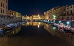 Marina i den historiska mitten av Livorno på natten, Tuscany, Italien royaltyfria bilder