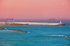 Marina i latarnia morska na morzu śródziemnomorskim w Ashkelon, Izrael. Zdjęcie Royalty Free