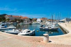 Marina i mitten av Preko, ö Ugljan, Kroatien Royaltyfri Bild