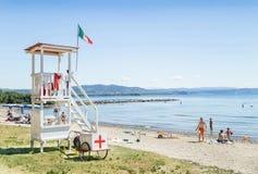 Marina Julia, Italien - 13. August 2016: Hölzerner Leibwächterturm ist auf dem Strand Lizenzfreie Stockfotos