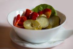 Marina l'insalata in una ciotola Fotografie Stock