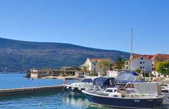 Marina med fartyg i den Djenovici staden fotografering för bildbyråer