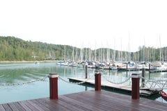 Marina med seglar fartyg nära kullebakgrund arkivbilder