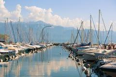 Marina med yachter i sjöGenève i Lausanne Schweiz Royaltyfria Bilder