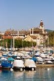 Marina med yachter på sjöGenève i den Lausanne schweizaren Arkivfoton